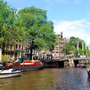 Vue sur les canaux et péniches Amsterdam.