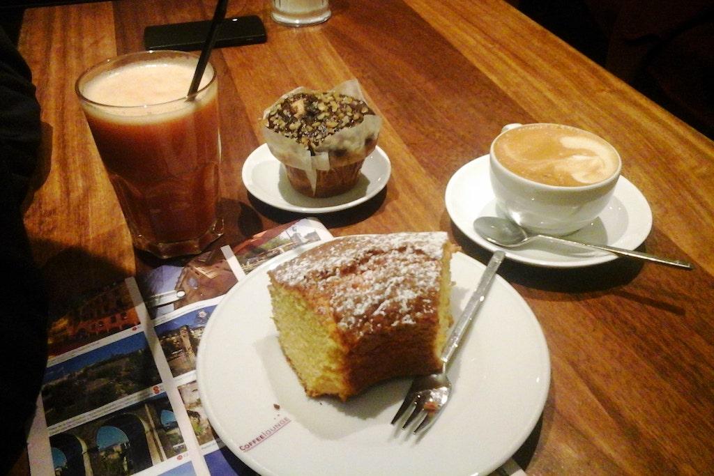 Pause gourmande à Luxembourg ville avec gâteau muffin et boissons.