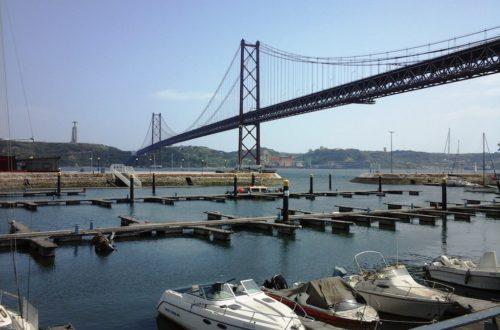 Pont du 25 avril et vue sur le Tage et le Cristo Rei Lisbonne.