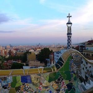 Vue du banc de mosaïque parc Güell Barcelone.