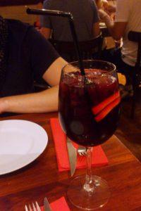 Verre de Sangria restaurant Sensi Tapas Barcelone.