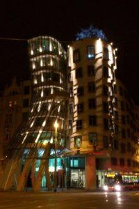 Immeuble maison dansante Prague de nuit.