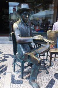 Rue Garett statue du poète Fernando Pessoa Lisbonne Chiado.