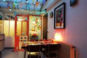 Intérieur coloré du restaurant la Dinette Lille.
