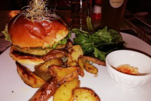 Assiette hamburgers et potatoes du restaurant la Dinette Lille
