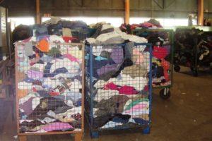Bacs de vêtements au Relais à Bruay-la-Buissière.