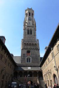 La tour du beffroi de Bruges vue depuis la cour intérieure