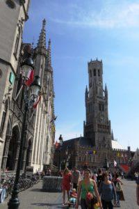 Vue sur le beffroi de Bruges depuis la Grand-Place