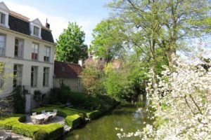 Vue sur les canaux et un charmant jardin à Bruges
