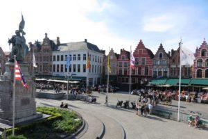 Vue d'ensemble en hauteur sur la Grand-Place (Markt) de Bruges