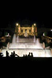 Sons et lumières fontaine magique du Montjuïc Barcelone devant le palais national.