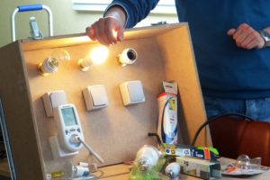 Test ampoules et consommation électrique lors d'un atelier de l'Espace Info Energie.