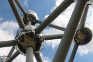 Gros plan sur sphère de l'atomium Bruxelles.