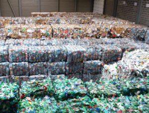Déchets recyclables compactés dans un centre de tri.