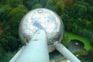 Vue sur une sphère du haut de l'atomium.