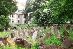 Pierres tombales vieux cimetière juif Prague.