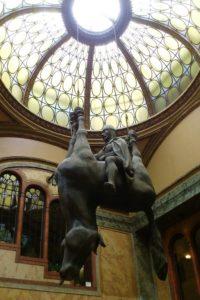 """Passage Lucerna sculpture de l'artiste David Černý, """"Horse"""" Prague."""