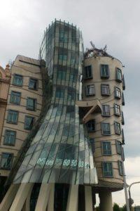 Immeuble maison dansante Prague de jour.