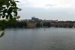 Vue sur la Vltava et le château de Prague.