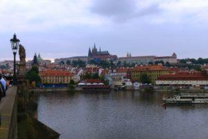 Vue sur le château de Prague depuis le pont Charles.