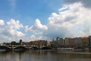 Vue sur la Vltava et les ponts Prague.
