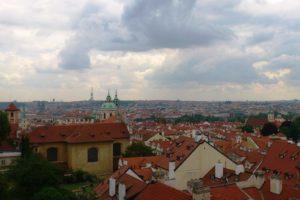 Vue en hauteur sur la ville de Prague depuis le château.