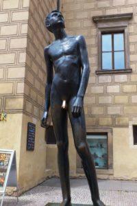 Statue bronze jeune homme nu château de Prague.