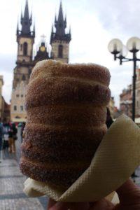 Rouleau trdelník pâtisserie Europe de l'Est Prague. devant église Notre dame du tyn.