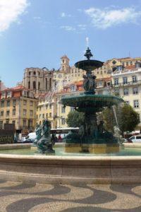 Fontaine de la place Rossio Barcelone et vue sur le chiado.