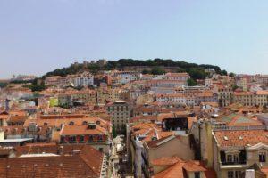 Vue sur le château de Lisbonne depuis Chiado