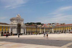 Place du commerce Lisbonne et son arc de triomphe rue Augusta.