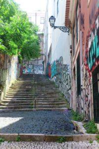 Escaliers montant au château de Lisbonne.