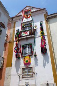 Façade de maison colorée avec guirlandes fenêtres quartier du château Lisbonne.