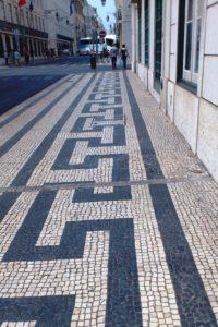 Motifs de mosaïques sur les trottoirs de Lisbonne.