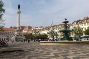 Place Rossio Lisbonne avec fontaines et colonne.