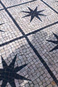 Motifs de mosaïques étoiles sur les trottoirs de Lisbonne.
