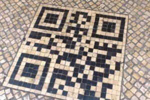 Motifs de mosaïques flash code sur les trottoirs de Lisbonne.