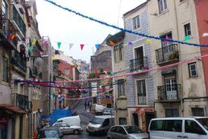 Rues et guirlandes quartiers populaires Lisbonne.