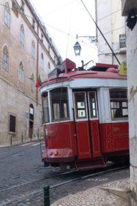 Electricos célèbres tramways rouge ligne 28 Lisbonne.