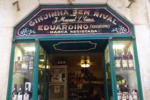Façade du Ginjinha Sem Rival qui vend de la ginjinha, liqueur à base de cerises. à Lisbonne
