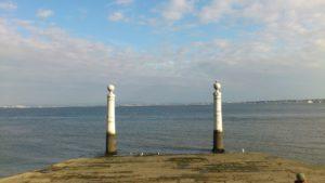 Vue sur le Tage depuis la place du commerce Lisbonne.