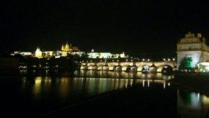 Vue sur le pont Charles et le château Prague de nuit illuminé.