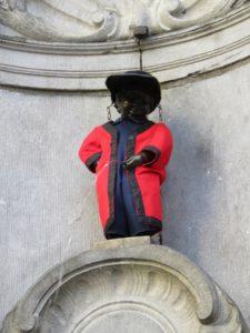 Le Manneken-Pis, le petit homme qui pisse habillé Bruxelles.