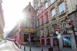 Rayons de soleil sur la rue et les façades de Bruxelles.