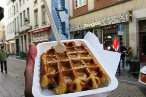 Gaufre bruxelloise dans les rues de Bruxelles.