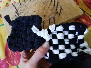 Tawashis noir et noir et blanc avec chaussettes devant planche de bois