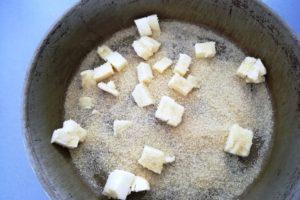 Préparation gâteau à la rhubarbe, beurre et sucre roux.