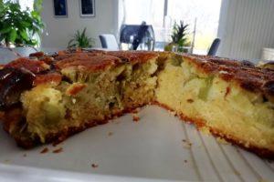 Intérieur moelleux du gâteau à la rhubarbe.