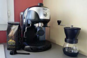 Machine à café expresso avec percolateur de la marque italienne De'Longhi.