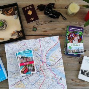 Préparation voyages avec guides, carte, carnet de notes.
